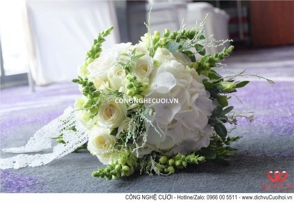 Hoa cầm tay cô dâu tông màu trăng xanh