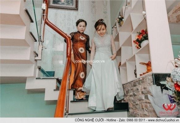 Cô dâu được mẹ dẫn ra giới thiệu cùng hai họ