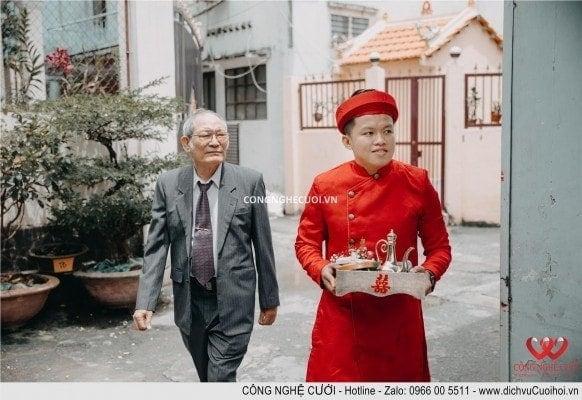 Người đại diện họ nhà trai và rể phụ vào trình giờ vào nhà cô dâu