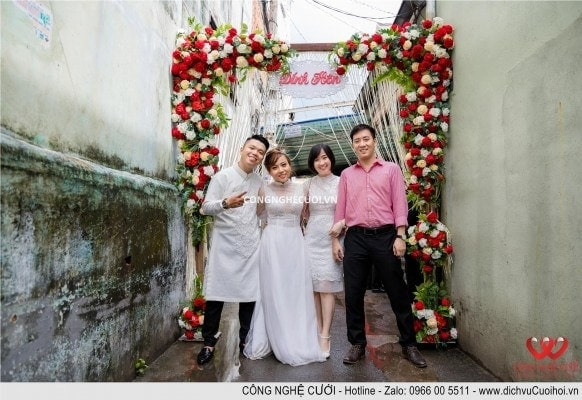 Cô dâu chú rể chụp ảnh cùng bạn bè đến dự lễ đính hôn